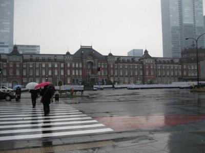 ランドスケープ画像。雨の東京駅